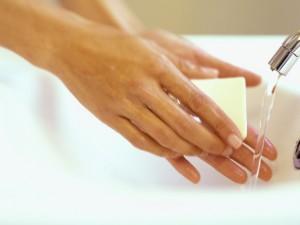Для профилактики простуды лучше мыть руки, чем пить витамины