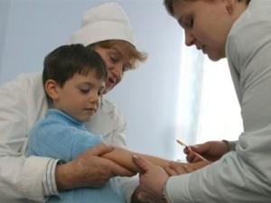 В школах и детских садах Петербурга ребята уже вовсю сморкаются, кашляют и температурят