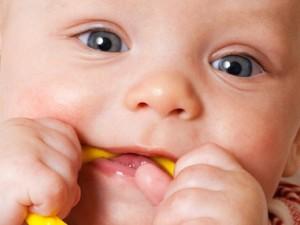 Как облегчить ребёнку появление зубов?