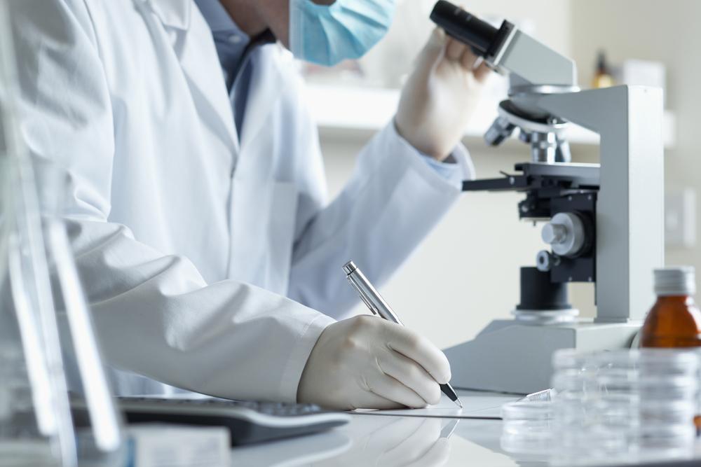 венеролог за микроскопом