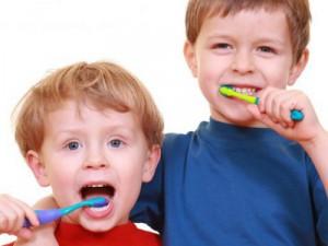 Как чистить зубы детям?
