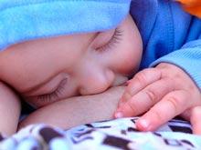 Грудное вскармливание защищает детей от ушных инфекций