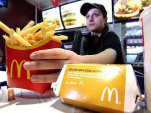 Более 100 человек отравились салатами в McDonald's в США