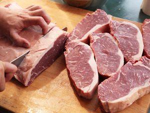 Эксперты рассказали, как правильно мыть руки при приготовлении мяса