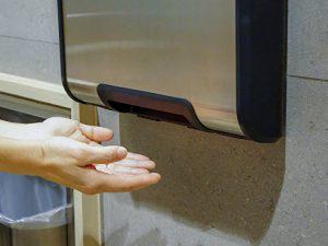 Стало известно об опасности сушилок для рук