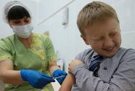 Школьникам нужна повторная вакцинация, заявляют специалисты