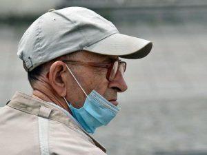 В возрасте до 20 лет люди в два раза реже болеют COVID-19