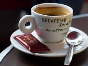 Ароматный, но не бодрящий — зачем пить кофе без кофеина?